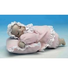 Bebé - menina espreguiça-se numa almofada